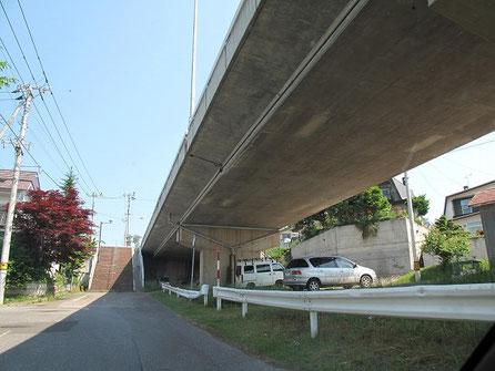 この陸橋の下で毎日の様に草野球をしていた。あれから30年か・・