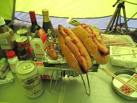 シャウエッセンでホットドッグを作った。ケチャップもちゃんと用意してあるんだぜ。