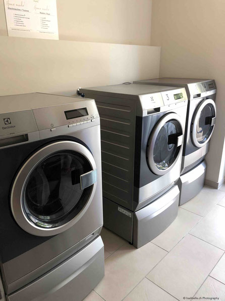 Servicepoint Zürich-Wallisellen / Waschmaschinen, Trockner und Bügelstation. Und Waschmittel steht natürlich auch zur Verfügung :).
