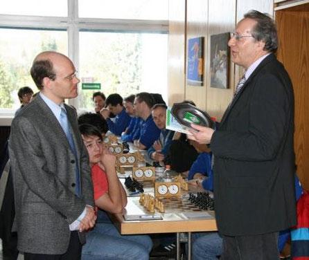 Unser Schulleiter freut sich über die Ehrung