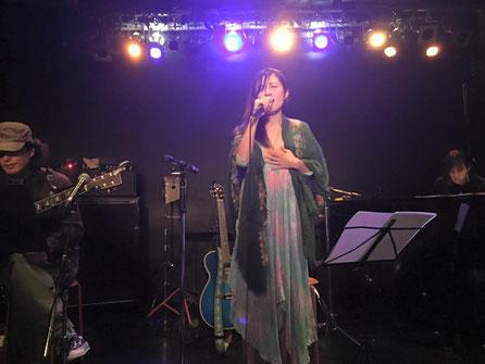 シンガーソングライターの詠美衣が初ワンマンで歌っているシーン