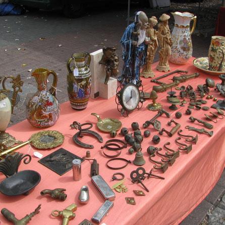 wekelijkse markten met antieke spullen