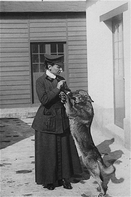 Nicole Mangin avec sa chienne Dun (pour Verdun)