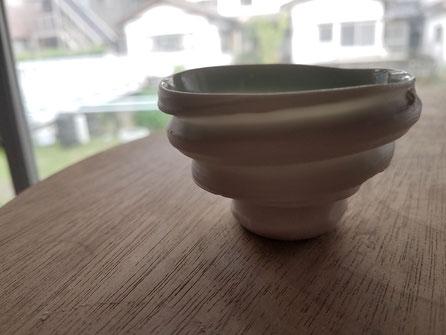 晩香窯の庄村久喜が作った磁のぐい呑:泥臭く美しい表現がそこにはあります。