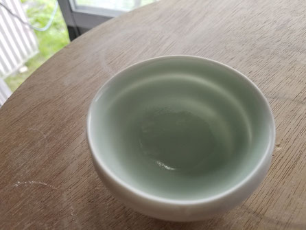 晩香窯の庄村久喜が作ったぐい呑:不均一の厚みによって作られたなめらかな表面に光がもれています。