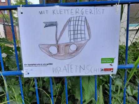 Die Kindergartenkinder präsentieren ihre Arbeiten an dem Kindergartenzaun.