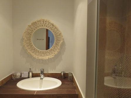 Route Jacques Coeur accomodation bathroom in L'Echappee Belle