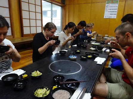 応量器(禅宗の修行僧が使用する食器)を用いた精進料理