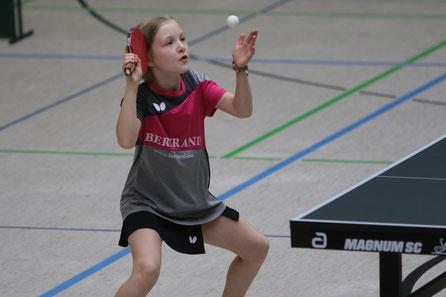 Frieda Strugholz wurde Bezirksmeisterin bei den Mädchen 11 und sicherte sich zudem die Bronzemedaille im Doppel in der Mädchen 11 Konkurrenz und der Mädchen 13 Konkurrenz an der Seite von Carolina Corstick.