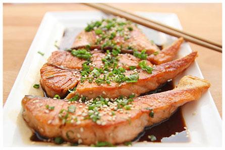 Darnes de saumon cuit avec graines de sésame et ciboulette ciselée