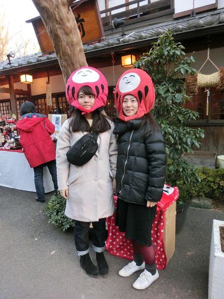 1月3日(2016) だるチャンと撮影:深大寺参道の「だるちゃんプロデュース」の出店の前で
