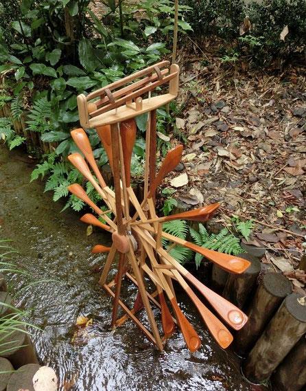 11月2日(2014) 目と耳で楽しむ水車:国分寺のお鷹の道、元町用水で発見した小さな水車。水車の回転で上部に取り付けられた装置が傾き、木の球がコトと音を発します