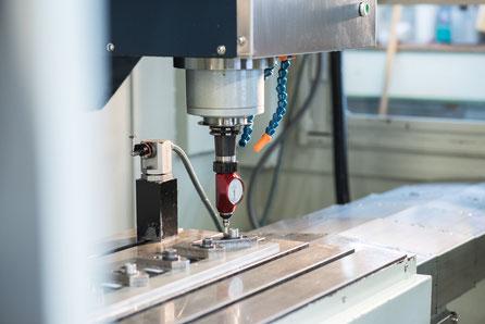 Für die Blechbearbeitung. Spinner 3Achs CNC-Fräsmschine Fräscenter mit Präzisionsmesstaster in der Spindel.