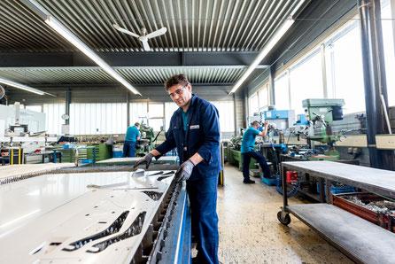 Ein Mann bei Blechbearbeitung laserschneiden mit der CAD - Freiformen Stahlblech  zugeschnitten.