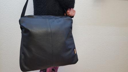 Petronella näht hier Lederschultertaschen aus alten Ledersachen