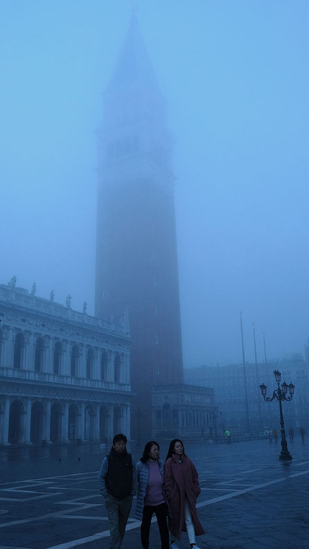 Mathieu Guillochon, photographe, Italie, Venise, San Marco, touristes, brume, bleu, matin, voyages, campanile, histoire, république de venise
