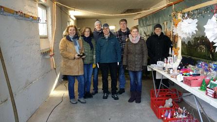 Einige Lehrer der Friedrich-von-Bodelschwinghschule beim Aufbau des Verkaufsstandes