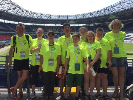 (Die Schwimm-AG in Hannover: von links nach rechts: Hr. Appel, Laura Glatzel, Ramona Berlin, Semih-Arda Mutlu, Cemil Sevimli, Stina van Schayk, Chantal Schulz, Nico Olschinka, Fr. Reyes)