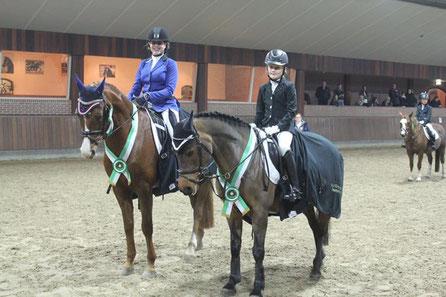 Regina van Bakel met Gaye, clubkampioen dressuur 2017  en Jolie van Wijngaarden met Zonnetje, clubkampioen springen 2017