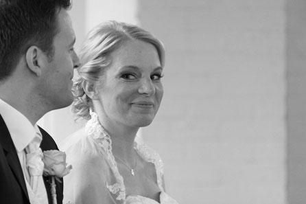 Hochzeitspaar, Kirchliche Trauung, Das Paar was hier zu sehen ist, hat sich kurz vorher das Ja Wort bei deren Hochzeit in einer Kirche gegeben. Es ist ein sehr inniger Blick zwischen den beiden.