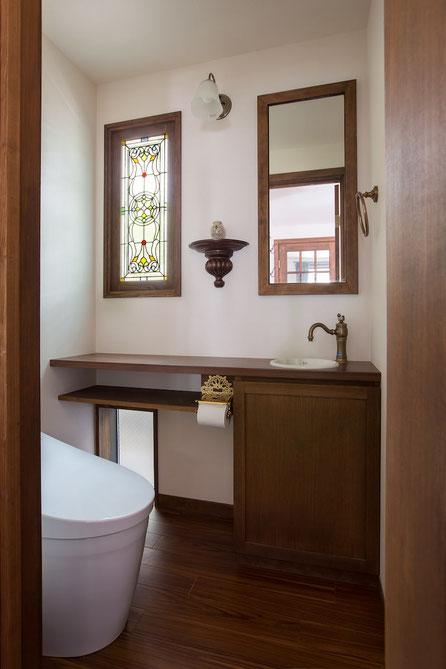 ステンドグラスの美しい窓、アンティーク調の小物が美しいトイレ