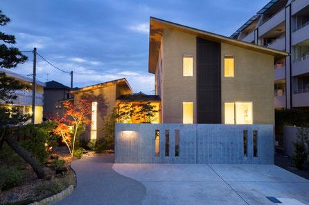 以前からあった松の木とお稲荷さんをそのまま生かし、大きな建物にあった植栽を楽しめるアプローチと外観を意識しています。植栽をすることでより建物が生きてきます。玄関・エクステリア