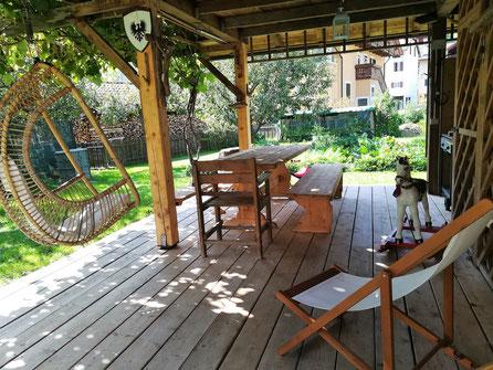 La tranquilla veranda in giardino, dove godere il fresco, leggere o riposare... Barbecue e tavolo sono a disposizione per grigliate