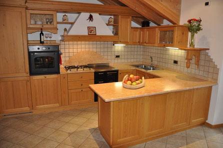 Grandi spazi, massima comodità. La cucina è corredata di tutto il necessario: lavastoviglie, macchina del caffè, tostapane, frullatore,...