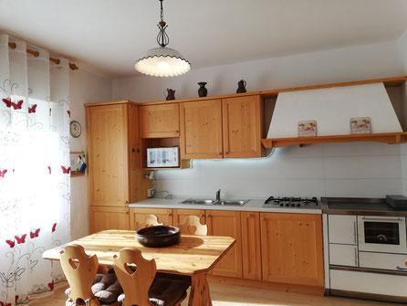 La cucina, nuova e dotata di forno a microonde, frigo e congelatore, pentole e stoviglie