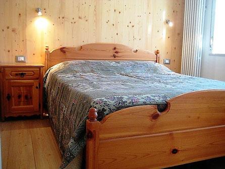 La stanza da letto, tutta in legno per una calda atmosfera di montagna