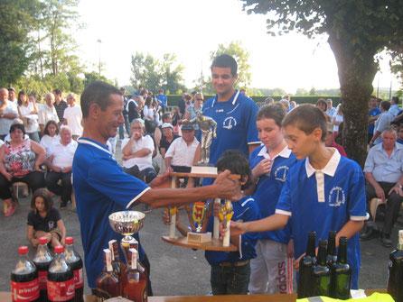 Jean-Jacques remettant le trophée à nos jeunes à Artix en 2014 (cliquez pour agrandir la photo).