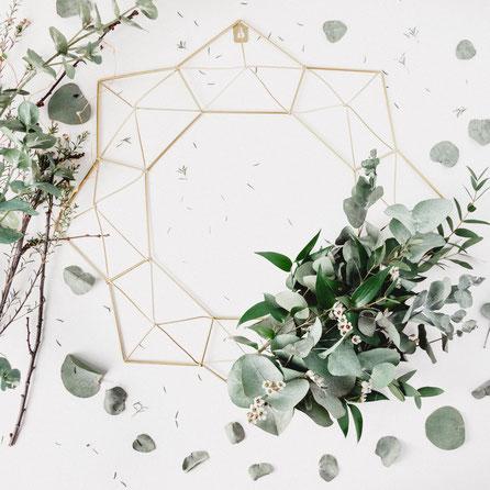 Geometrischer Kranz mit Eucalyptus-Blättern