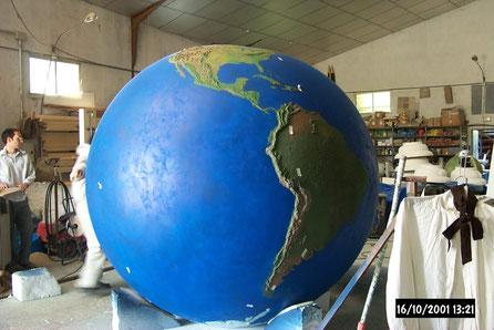 Esfera Terráquea 190 cm de diámetro. Continentes en relieve topográfico.