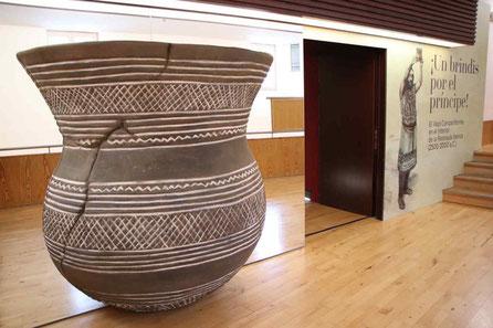 Vaso Campaniforme Gigante 196 cm alto para exposición en el MAR Museo Arqueológico Regional Alcalá de Henares
