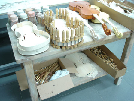 """Ambientacion del taller de un luthier, para la exposición """"Música, más Música"""", Cosmocaixa."""