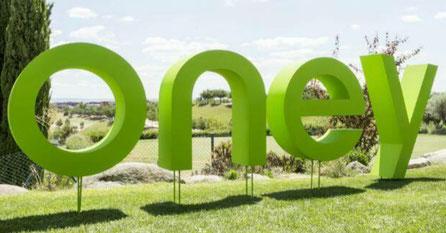 Letras Corporeas Corporativas, montadas con alzas de variila sobre césped, evento en campo de golf