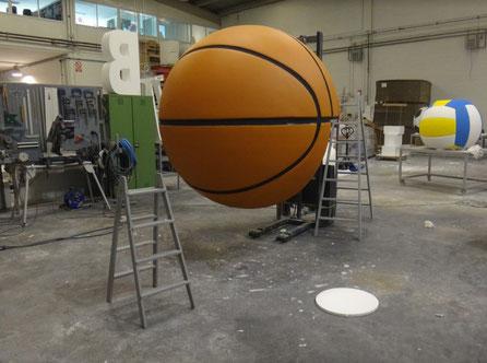 Balón de Baloncesto (2 metros diámetro) para colocar sobre cornisa interior en una exposición.