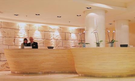 Realiazación de un diseño decorativo de Pascua Ortega en el Hotel NH Hesperia, Barcelona. Piedra Roca Ficticia.