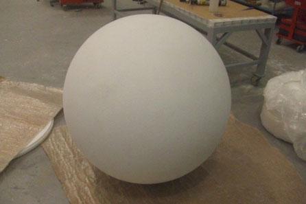 Esferas especiales, mecanizadas en poliespan macizo, para tamaños grandes. Esta mide 110 cm de diametro,