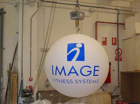 Esfera grande con logo y texto pintado, para colgar en un stand