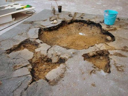 Huella Gigante de dinosaurio, hunde el asfalto, para spot Mercedes