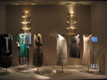Museo del Traje, Vitrina Grandes Viajes, Reproducción de lámparas hundidas en el buque Normandíe