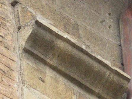 Cornisa para tapar cableado en fachada, de manera que no aparezcan en la pelicula de época