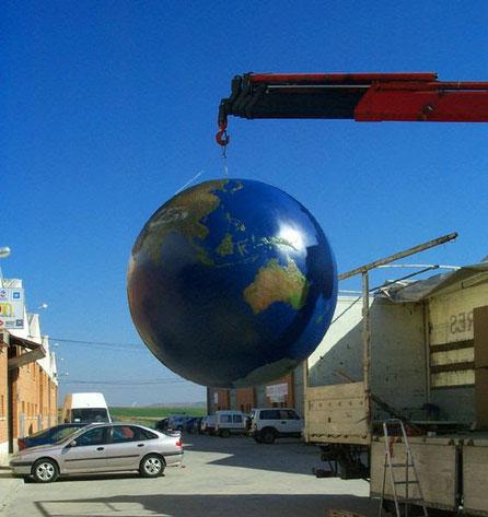 Globo terráqueo con relieve 2 metros de diámetro, Para la Exposición Potencias de 10, fundación Gulbekian