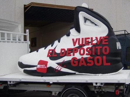 Bota deporte Nike, gigante, montada sobre un camión