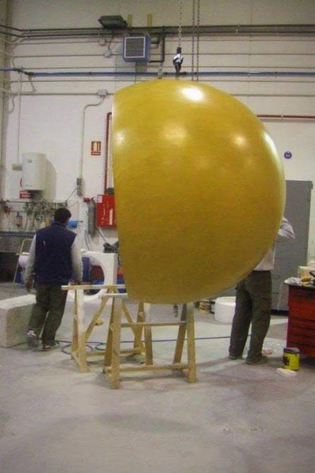 Esfera Gigante, 220 cm,  reforzada con fiberglass y estructura metálica, como elemento decorativo en una Fachada