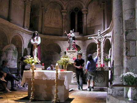 Altar, basas, peanas, crucifijo, para rodaje en iglesia