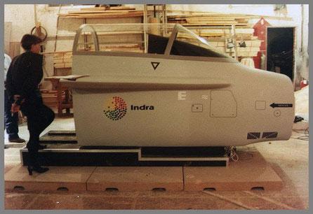Cabina de un F-18, para mostrar el programa de entrenamiento de vuelo de Indra, en Feria.