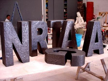 Letras con textura de superficie, metalizadas.
