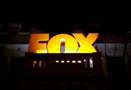 Cartel de Reclamo de una Exposición Efímera, acerca de la Programación de la FOX
